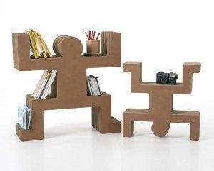 Karton kutuları bir araya getirerek dekoratif raflar yapabilirsiniz.