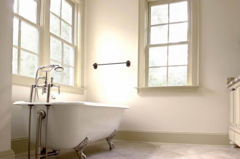 Büyük pencereli küvetli banyo