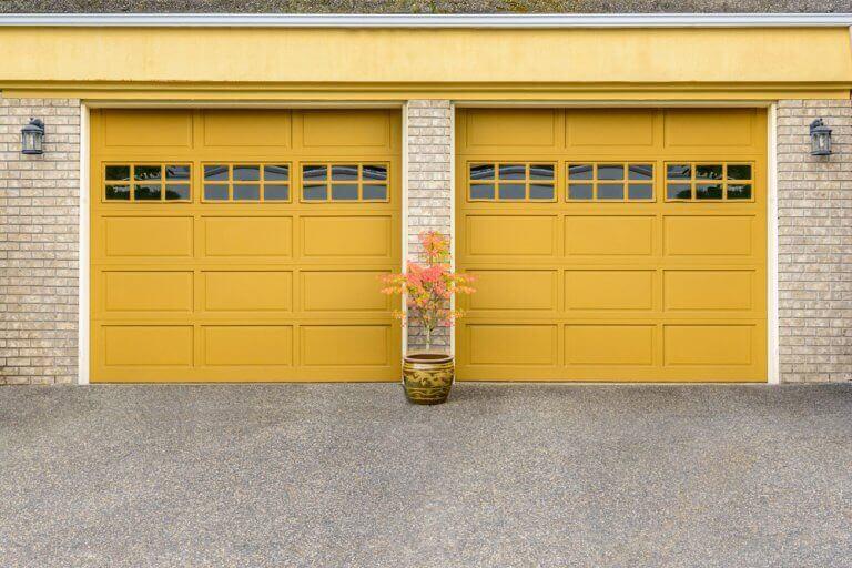 Geniş sarı metal garaj kapısı