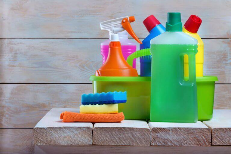 Renkli kutularda temizlik malzemeleri