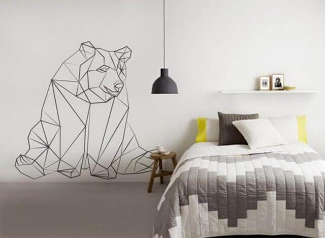 Yatak odası duvarında geometrik ayı deseni