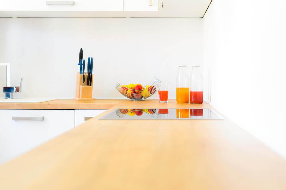 Açık renk elyaf mutfak tezgahı