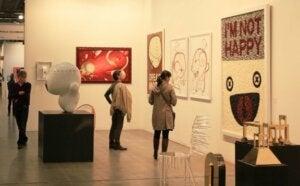 sanat galerisinde gezen insanlar