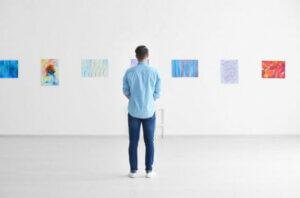 galerideki sanatları inceleyen adam