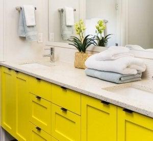 Sarı banyo dolapları pek sık rastlanmadığından sıra dışı bir dokunuş.