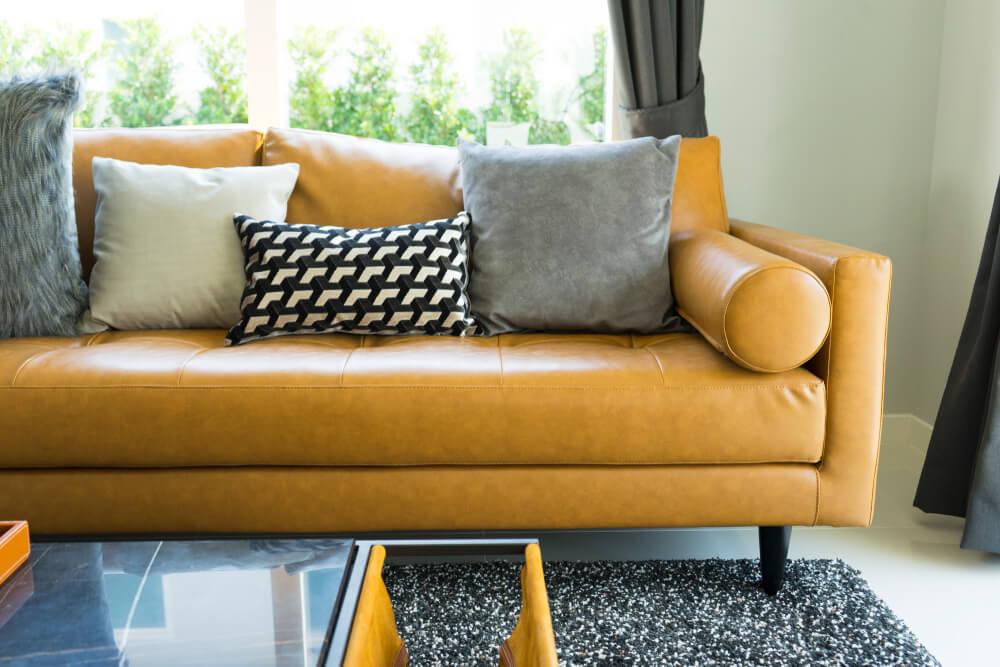 Deri koltukların renkli yastıklarla tamamlanması