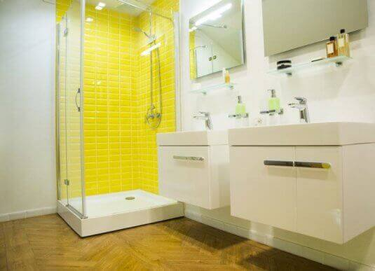 Sarı renkte karoları banyo mobilyalarında özellikle duş, küvet gibi alanlarda kullanabilirsiniz.