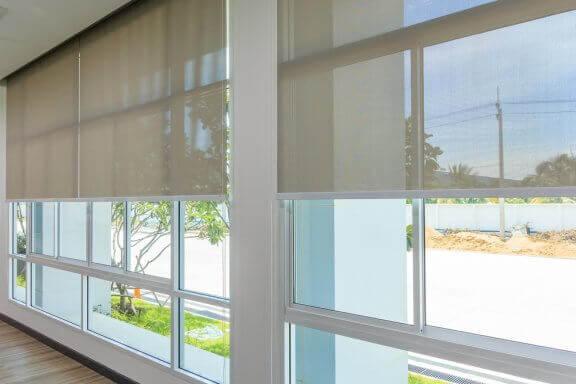 Tüm duvarı kaplayan pencereler, doğal ışıktan en iyi şekilde faydalanmanızı sağlar.
