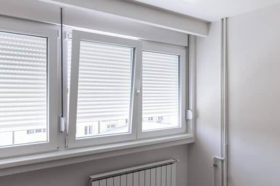 Beyaz çerçeveli vasistas pencere ve panjur.