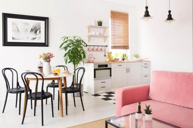 Açık mutfak ve pembe koltuklu salon