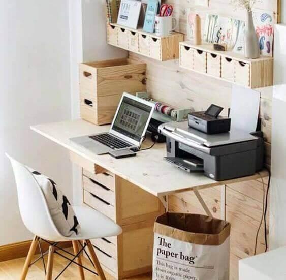 Ahşap masa üstüne dizüstü bilgisayar ve yazıcı
