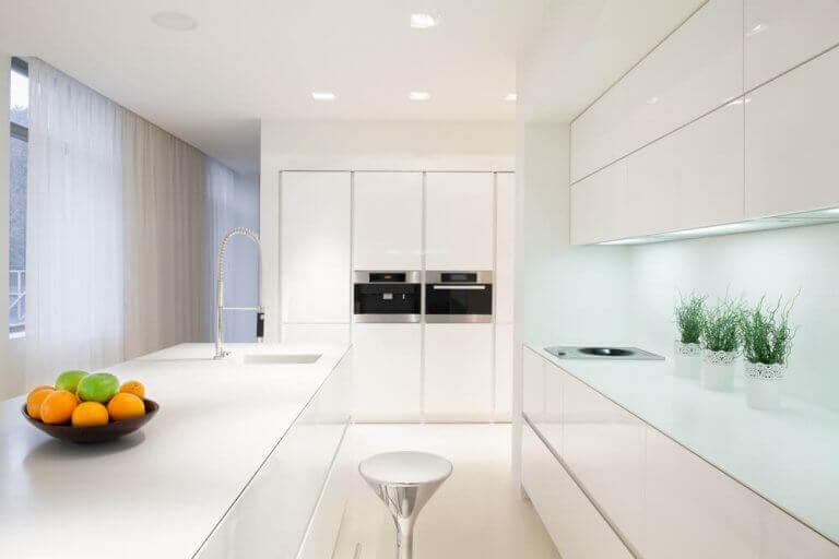 Düz beyaz yapay ışıklı mutfak