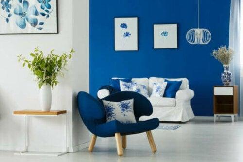 mavi ve beyaz duvarlarlı olan odada mavi ve beyaz koltuklar