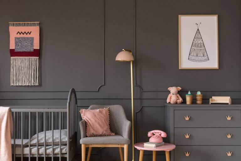 Gri duvarlı kız bebek odası