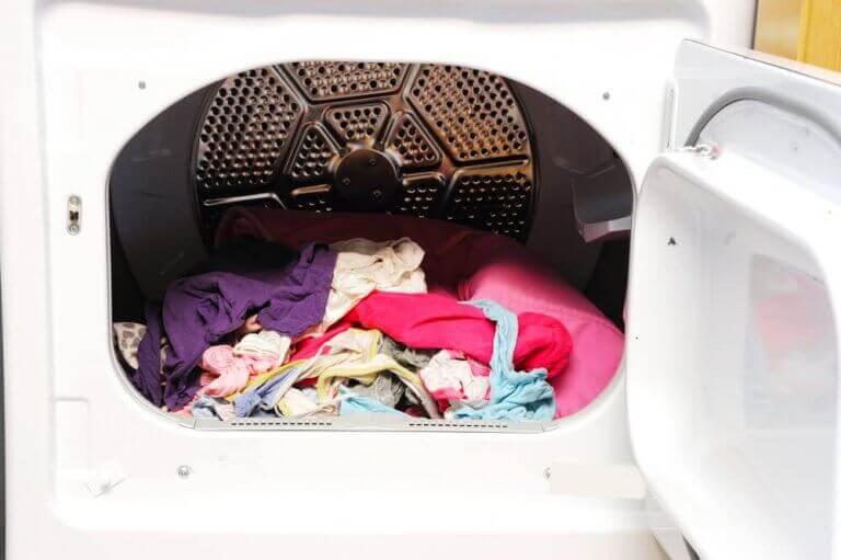 Kurutma makinesi içinde çamaşırlar