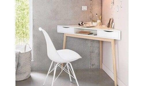 Beyaz ufak köşe masası