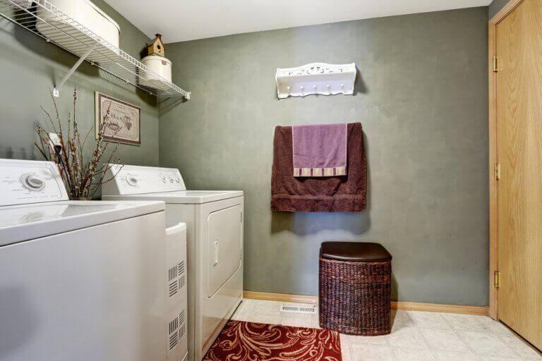 Kurutma makinelerinin olduğu çamaşır odası