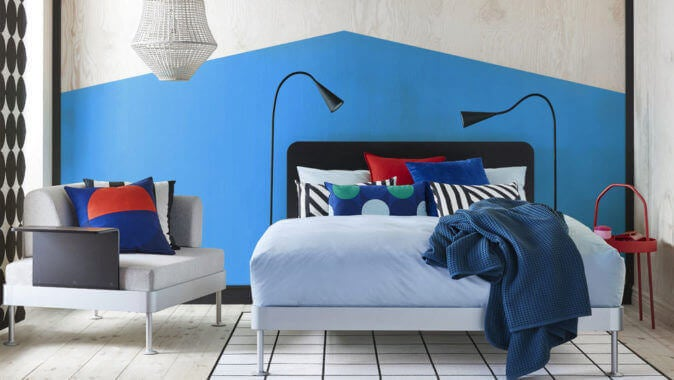 Geometrik esintili mavi tonlarda yatak odası