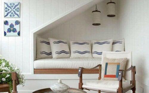 merdiven altı kanepe