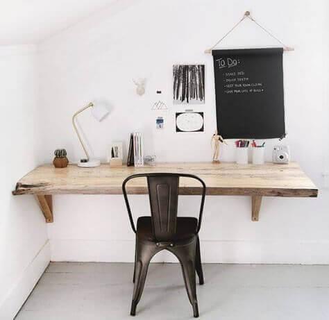 Duvara monte edilen çalışma masaları