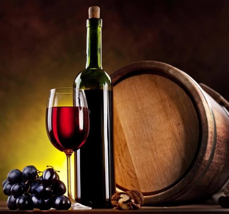 Şarap fıçıları ve kırmızı şarap
