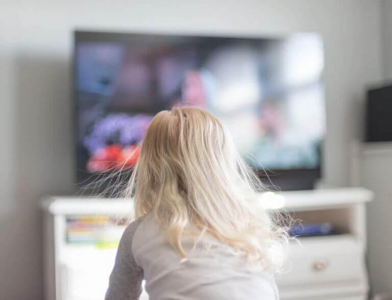 Televizyon önünde oturan çocuk
