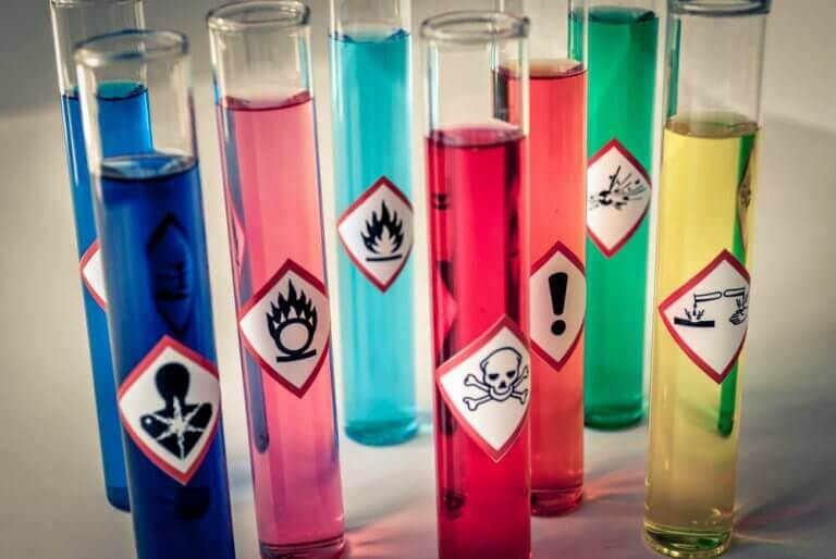 Deney tüplerinde zehirli sıvılar