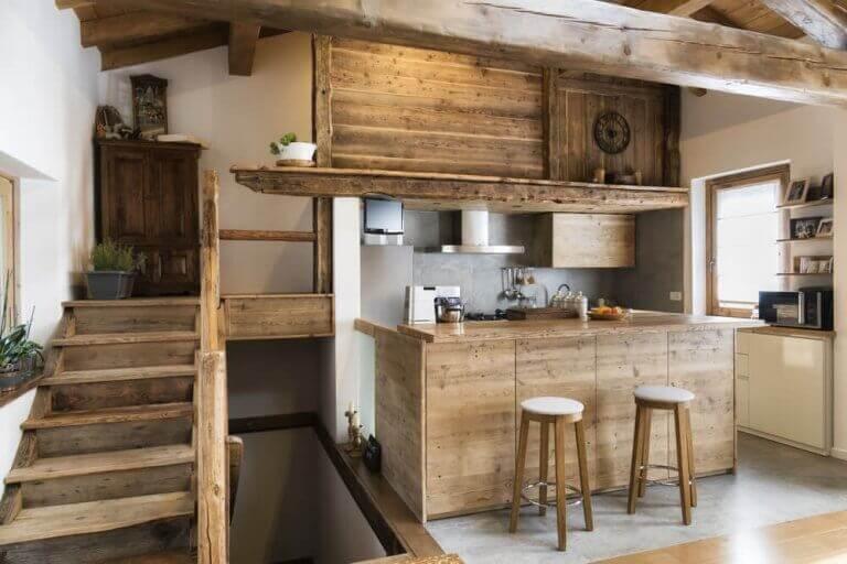 Merdivenin yanında barlı mutfak