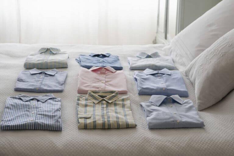 yatak üstünde katlı gömlekler