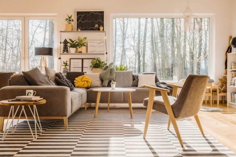 Ahşap ve gri mobilyalı geniş camlı salon