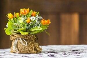 çiçek düzenleme için değişik malzemeler kullanın