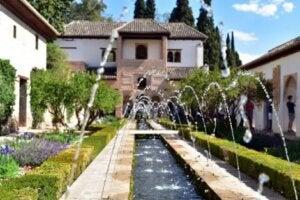 Dekoratif su kanalları ve Al-Hambra çeşmesi
