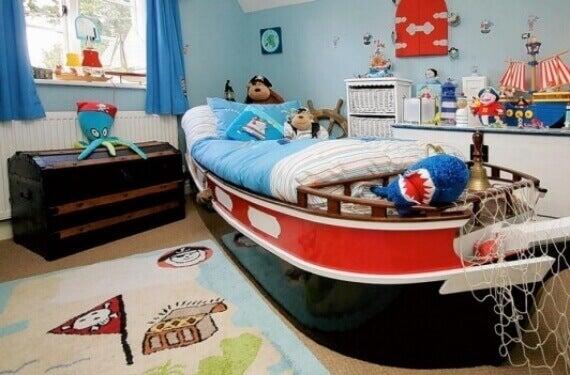 Temalı çocuk odası ve gemi şeklinde kırmızı siyah yatak
