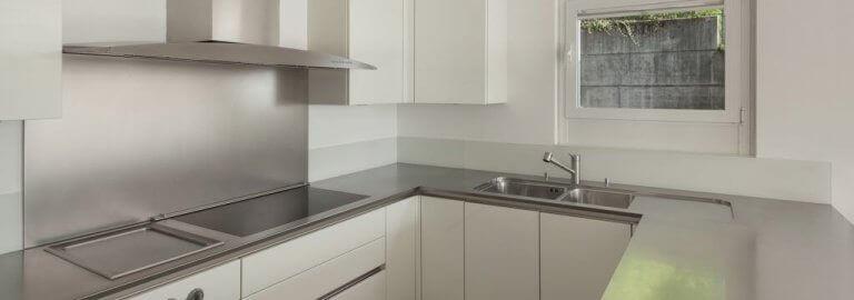 Beyaz dolaplı çelik tezgahlı mutfak