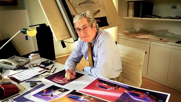Masasında araba tasarımı çizen Giorgetto Giugiaro
