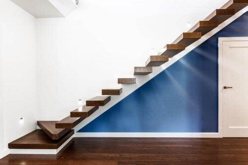 Altında mavi üstünde beyaz duvar olan tırabzansız merdiven