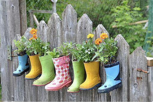 Renkli botların içinde çiçekler