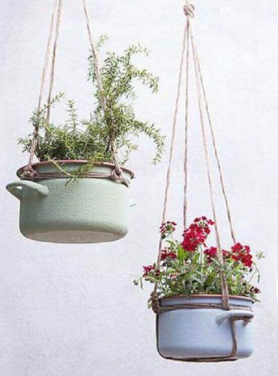 Tavandan asılmış tencereler içinde bitki