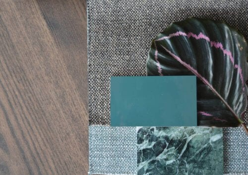 Yerde turkuaz ve gri tonlarında üst üste kumaşlar