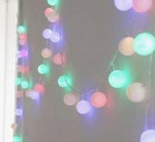 Pinpon toplarıyla dize ışıkları yapmak.