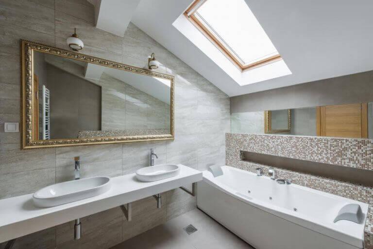 Banyoların tarihi çatı katında pencereli modern banyo