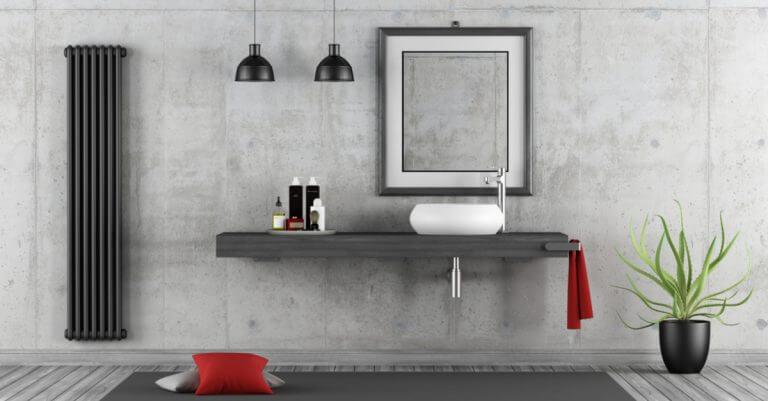 Mikro beton kullanılmış kırmızı dekorlarla süslenmiş banyo