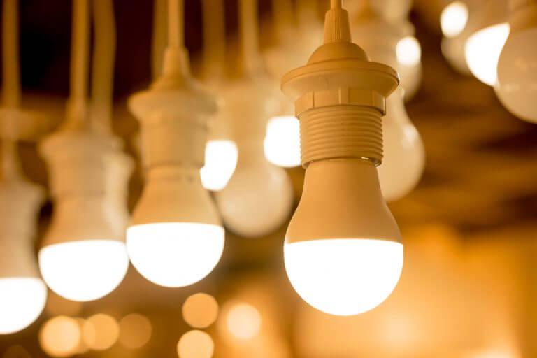 Yan yana asılı yanan LED ampuller