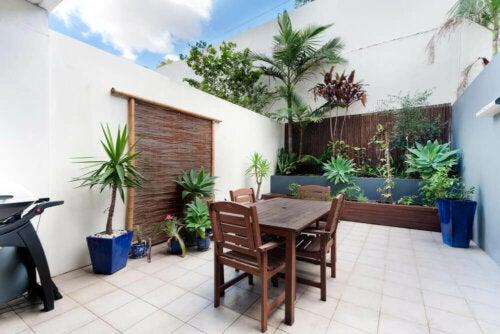 beyaz avluda ahşap bahçe mobilyaları