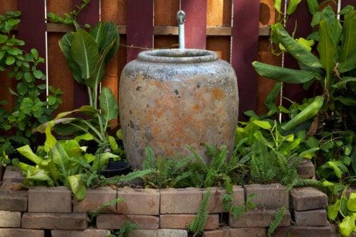 beton bir çeşme ve bitkiler