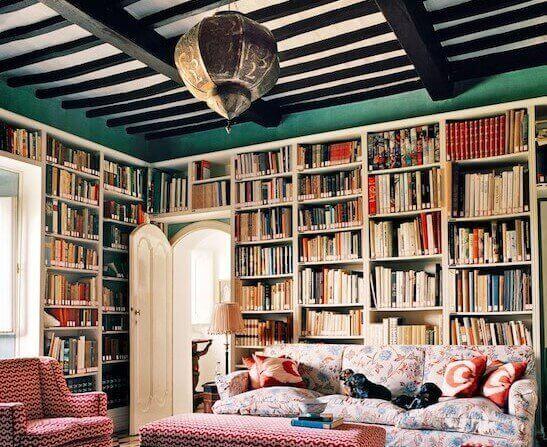 Yeşil tavanlı bohem evde kütüphane kurmak