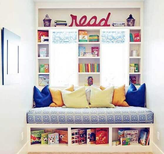 Duvara ve oturma alanının altına gömülü çocuk kitaplığı