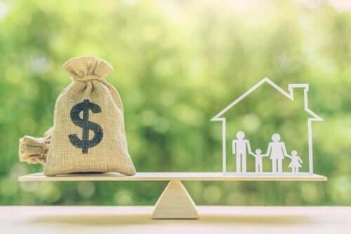 Denge tahtası üzerinde dolar kesesi ve aile resmi