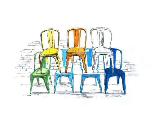 Altta dört üstte üç olacak şekilde üst üste dizili tolix sandalyeler