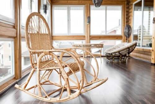 Kapalı teras içinde hasrıdan sallanan sandalye